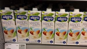 Vegane Ernährung - Mandelmilch als Ersatz für Kuhmilch